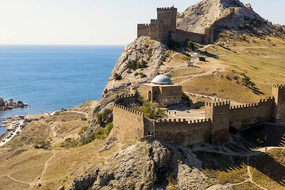 Судакская крепость возвышается на 160метров надуровнем моря. Источник:highfliers/Shutterstock