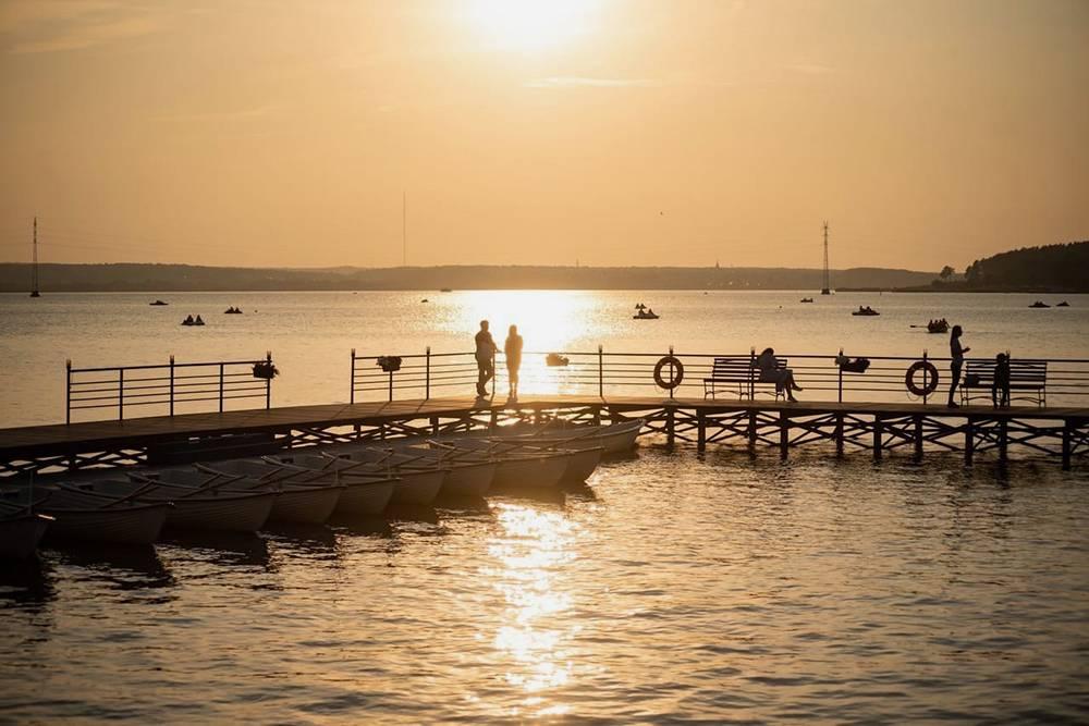 Прокат лодок работает с мая по октябрь. На деревянном мостике есть бар, где предлагают горячий кофе и холодные напитки