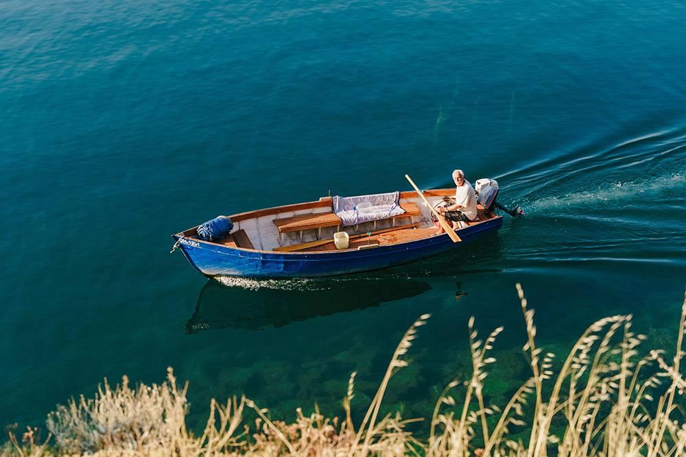 Водный транспорт есть у многих македонцев. Это и способ передвижения, и источник дохода: местные ловят и продают рыбу и возят туристов