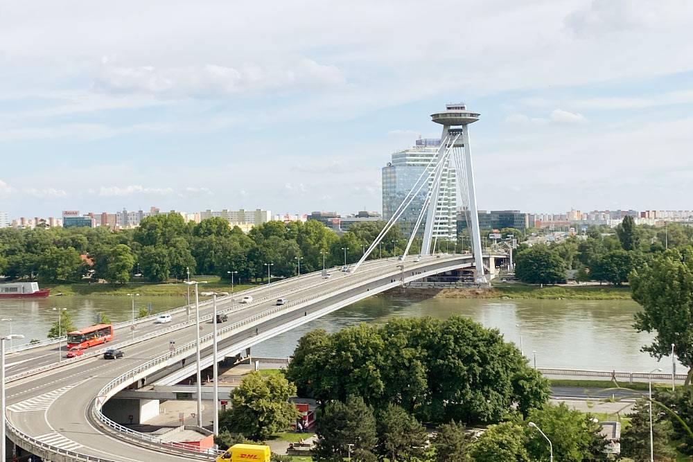 Новый мост. За ним виднеются жилые дома, построенные в советское время