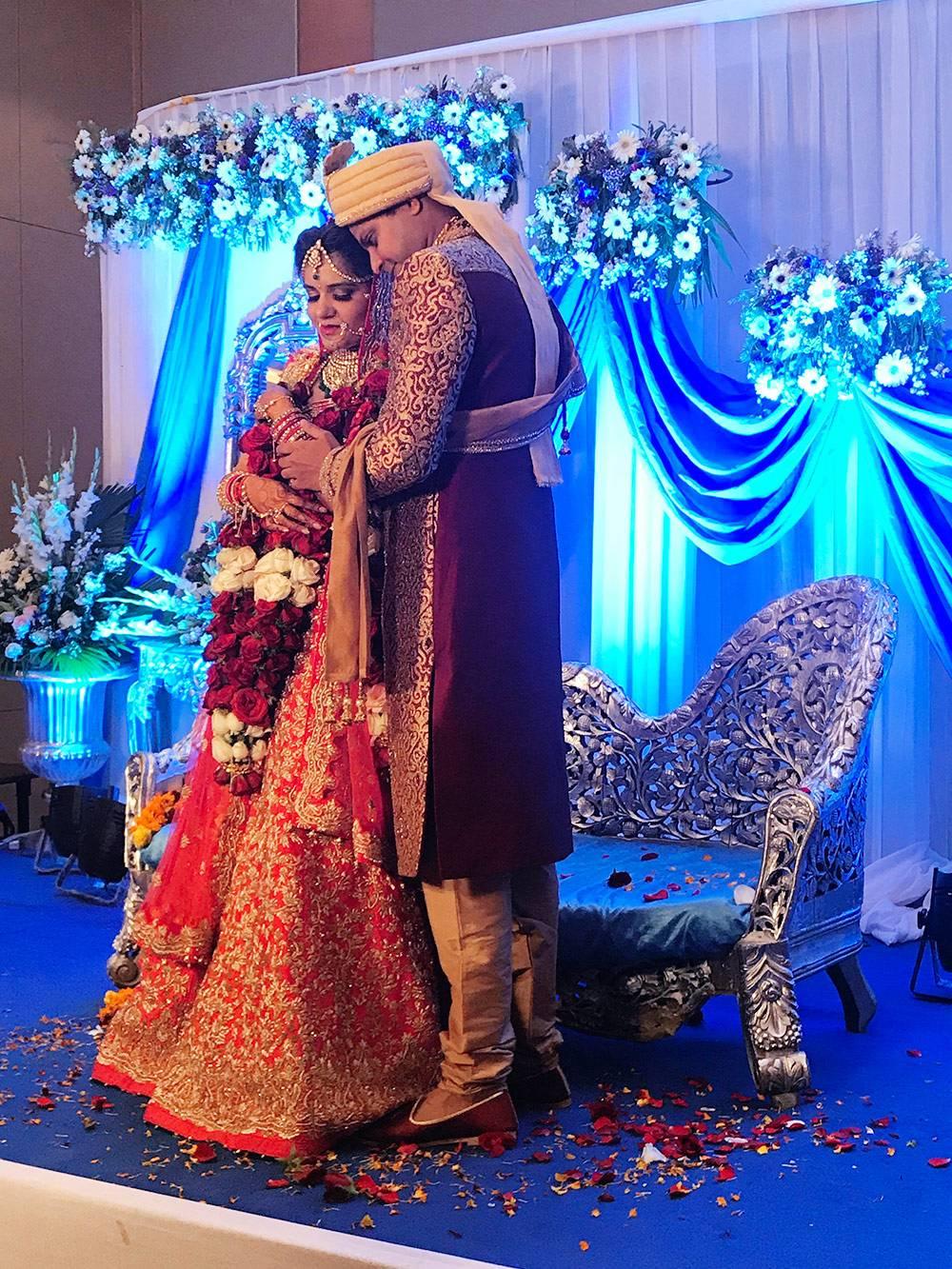 Невесты предпочитают свадебные платья красных оттенков, так как они символизируют удачу, а вот белый в Индии считают цветом траура