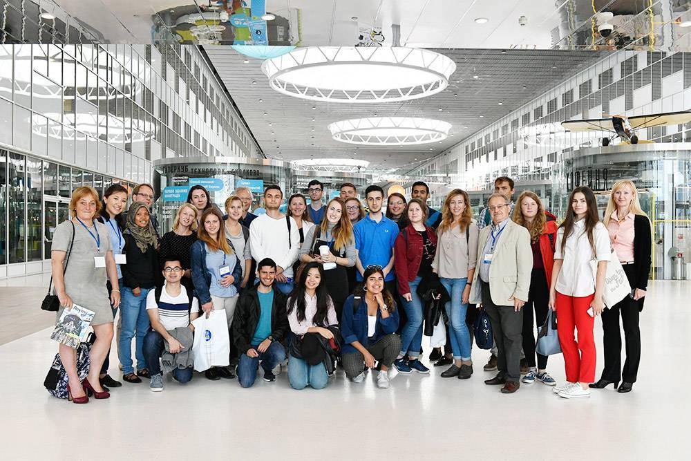 Участники летней школы во время экскурсии по Сколково