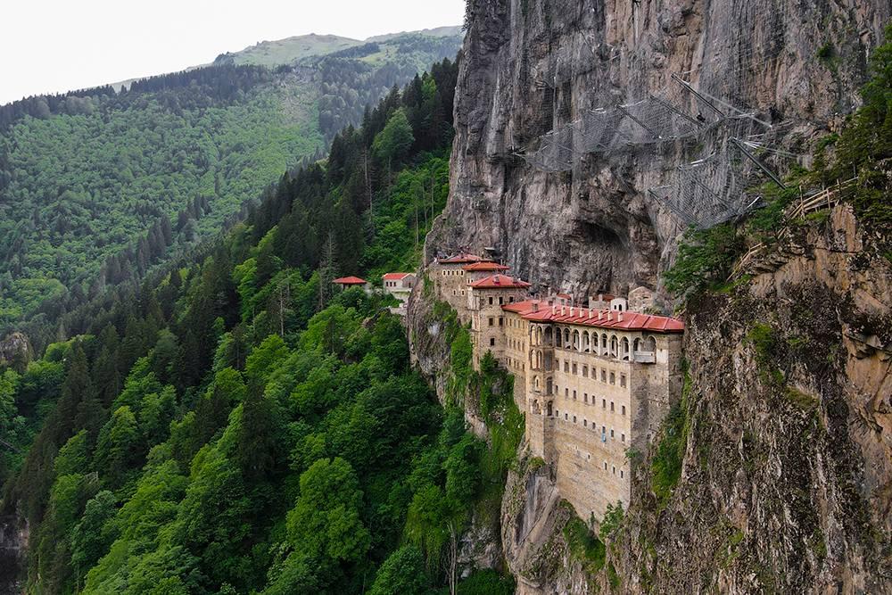 Монастырь выглядит величаво среди утопающих в лесах скал