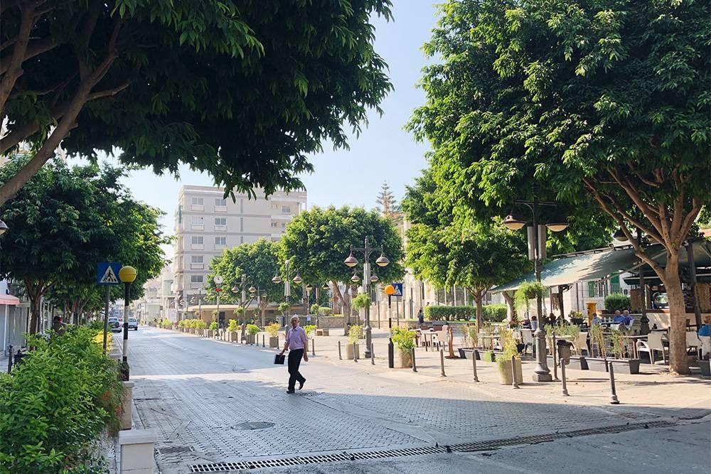 На заднем плане — площадь перед зданием администрации Лимасола