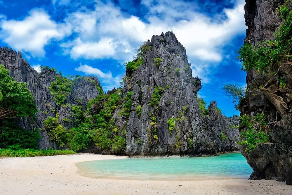 Главное, за чем едут в Эль-Нидо, — такие дикие пляжи. Источник: soft_light / Shutterstock