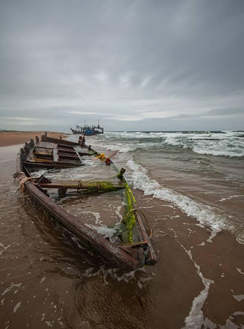 Брошенные на побережье корейские лодки ржавеют и разрушаются