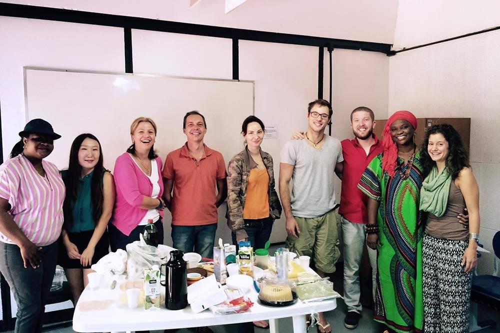 В моей группе Intermediário1 оказались студенты изСербии, Германии, России, Украины, Нигерии иСША. Однажды мы устроили такое общее чаепитие