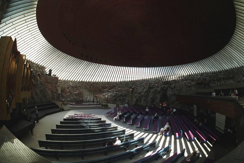 В церковь Темппелиаукио лучше идти с утра, когда сквозь необычную крышу в зал проникает свет. Фото: Jaakko Hakulinen/Flickr