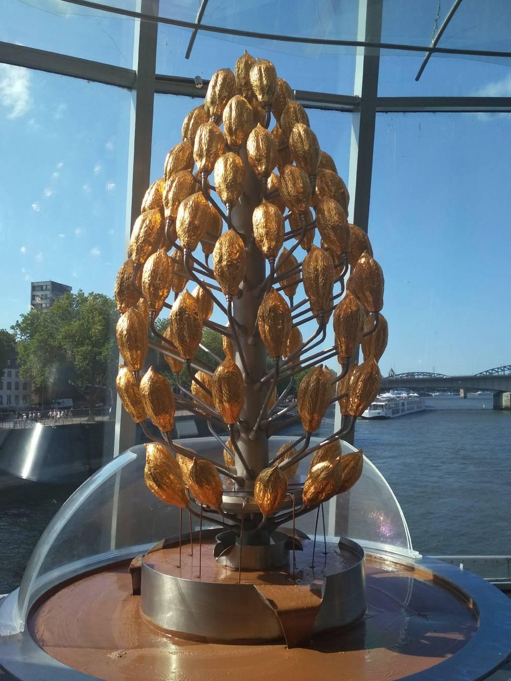 А это шоколадный фонтан в музее шоколада. На территории музея есть оранжерея, где выращивают деревья какао, а еще кафе с панорамным видом на Рейн