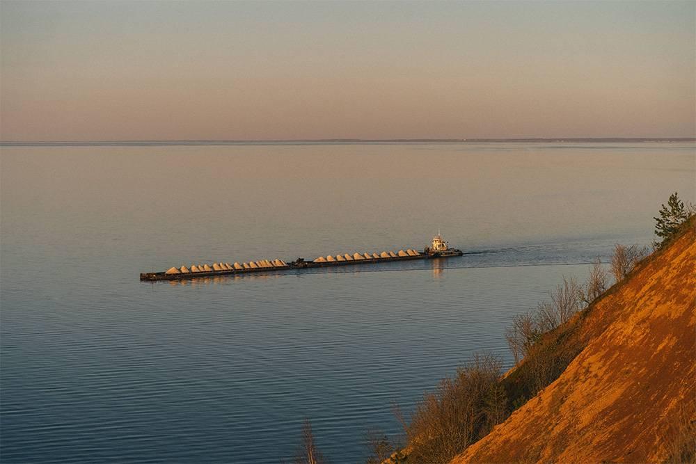 В летний период Волга изрезана узкими полосками грузовых барж