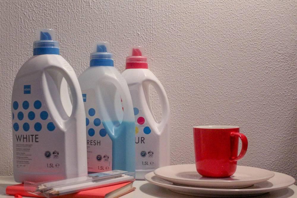 Средства для уборки и посуда «Хема». Жидкий порошок стоит 2,5€ (175<span class=ruble>Р</span>). Кружка и тарелки — 1,6€ (112<span class=ruble>Р</span>)