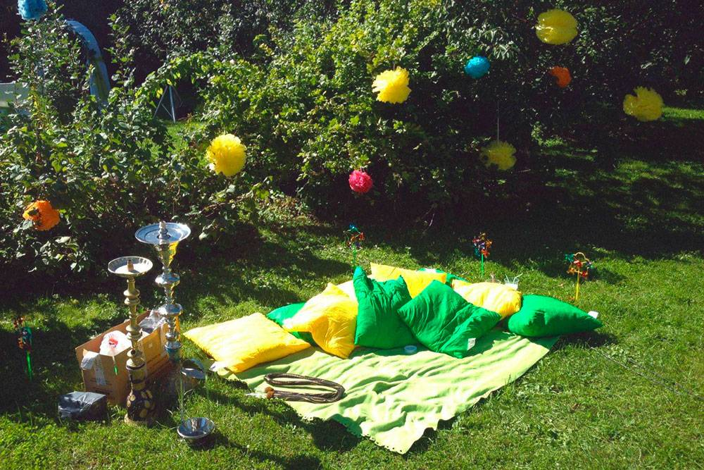 В программу выпускного входила фотосессия в антураже кальянной в саду. Курение на газоне пожароопасно — особенно в сухую погоду, поэтому кальяны поставили только длясъемки