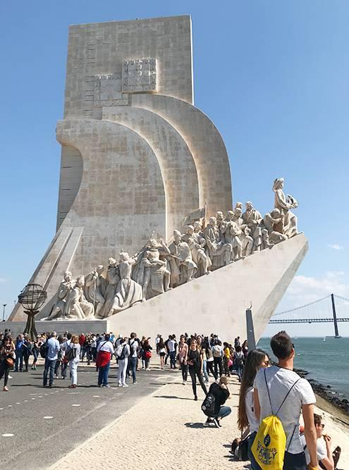 Памятник первооткрывателям огромен