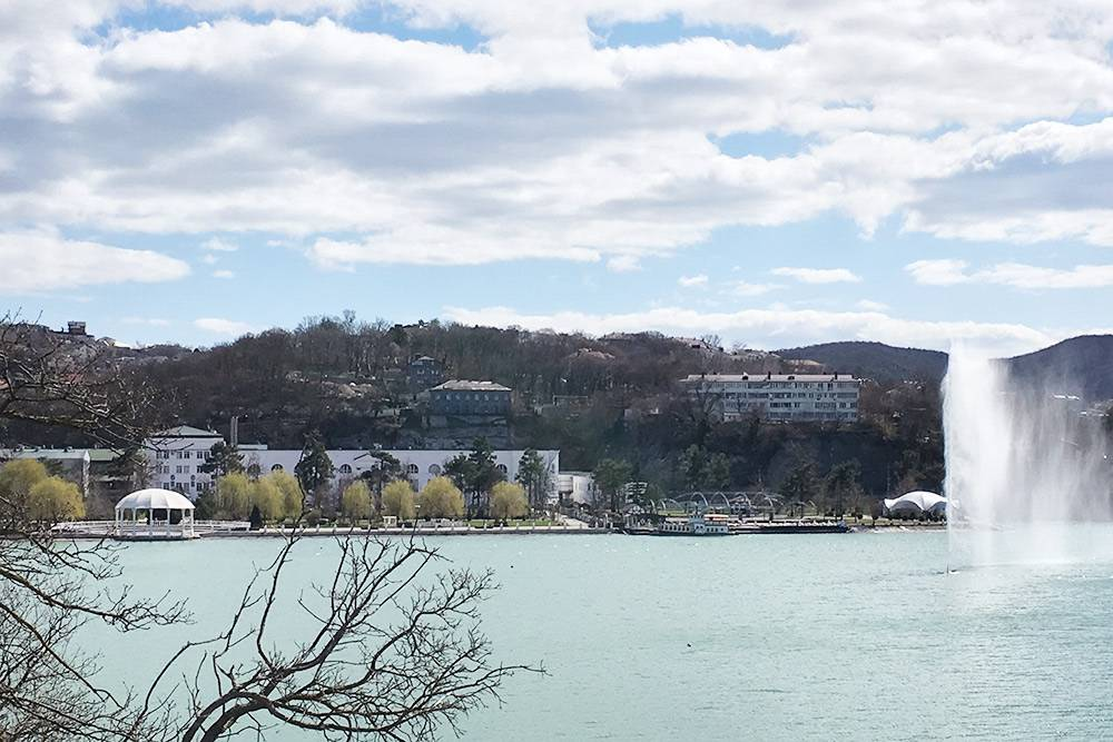 Можно забронировать частное жилье в домах на горе над парком. На «Авито» я видела квартиру за 2000<span class=ruble>Р</span>, на «Букинге» — апартаменты за 1500<span class=ruble>Р</span>. Это цены в несезон