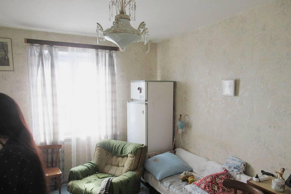 В квартире вся мебель была старая, а в одном холодильнике не закрывалась дверца