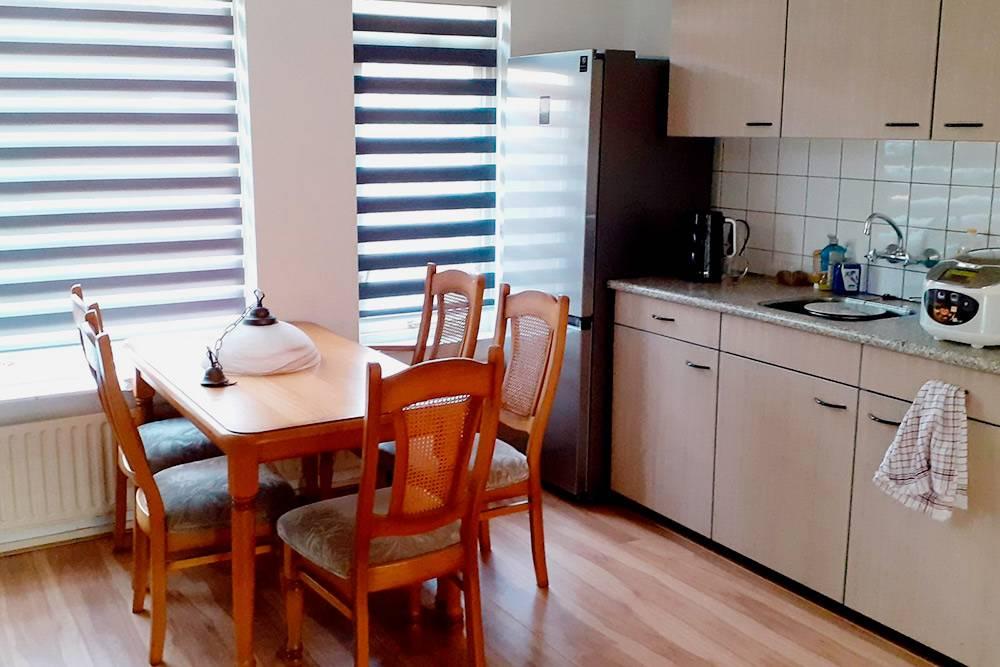 Моя кухня. Кухонный стол тоже из секонд-хенда. Всеконде намебель я потратил 240€