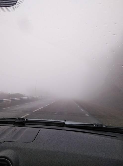 В плохую погоду дорогу почти не видно, приходится ехать очень медленно