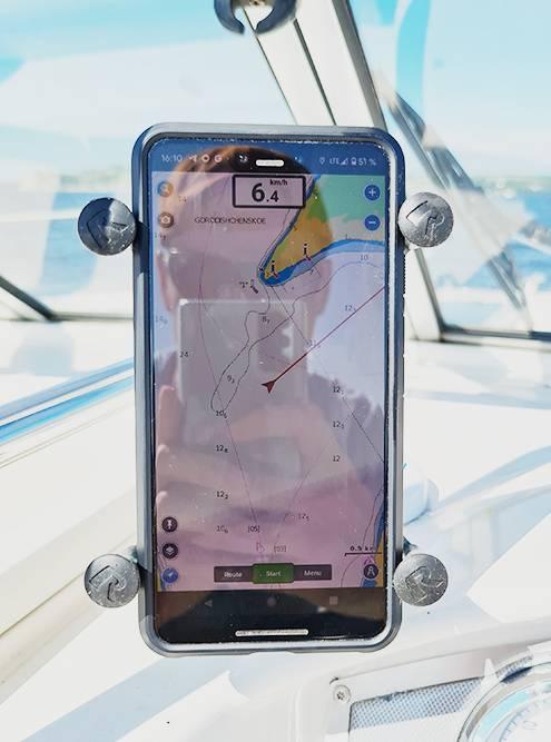Смартфон в креплении RAM X-Grip с запущенной программой Navionics с лоцией Камы