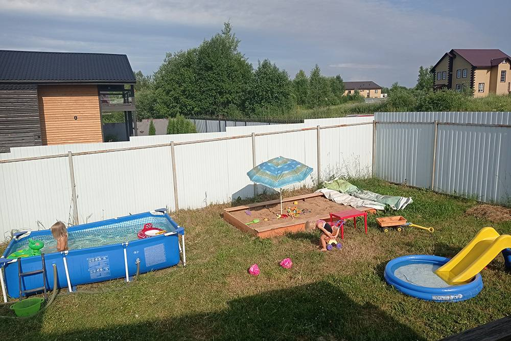 По уровню воды видно, что бассейн стоит неровно. Но мы решили не обращать на это внимания