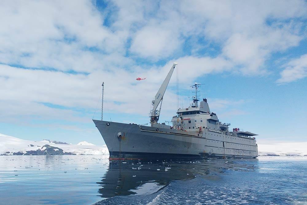 Это «Акилес» — военно-транспортный корабль, на котором я доплыл до берегов Антарктиды