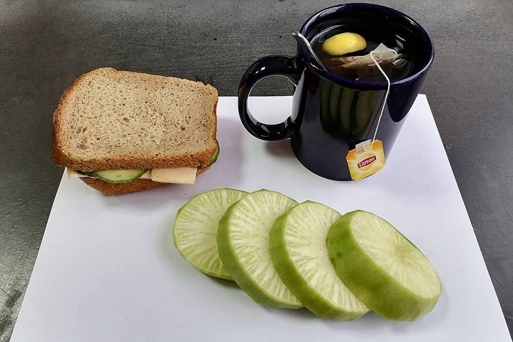 Завтрак: сладкий чай, бутерброд с маслом, сыром и огурцом и редька — увидел ее вчера в магазине, захотелось