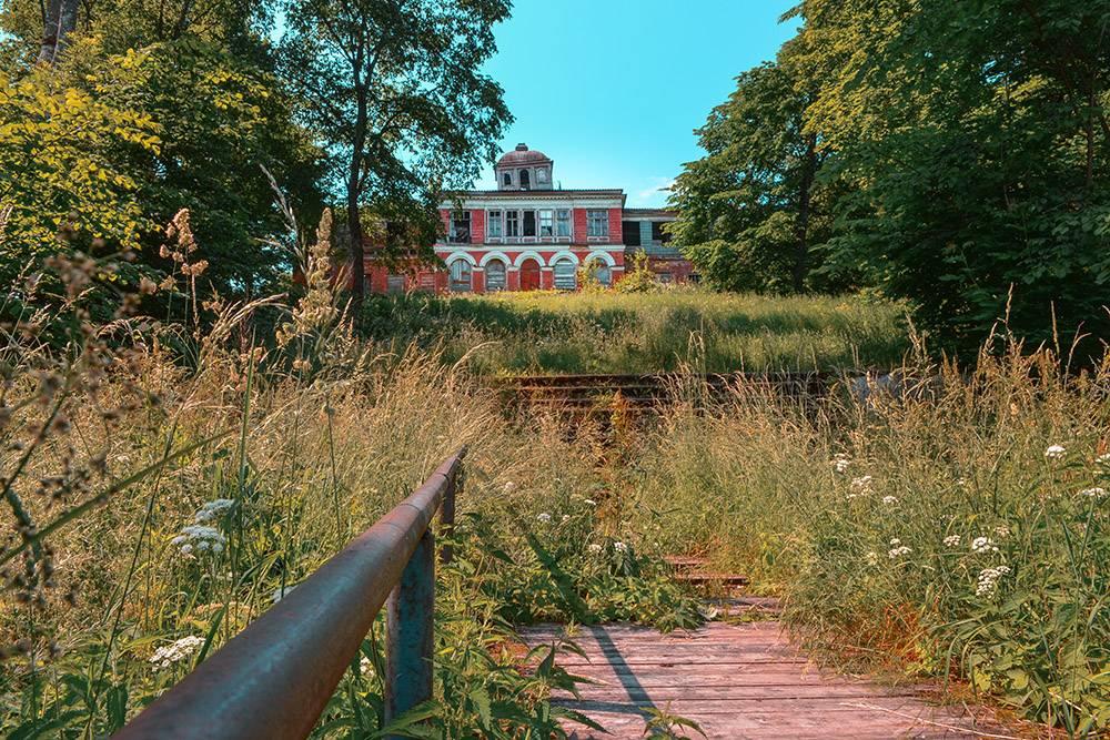 Вид на усадьбу с мостков озера: здесь сохранились старые ступени от водоема