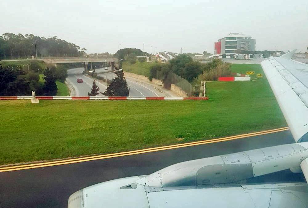 Пространство на Мальте используется максимально эффективно: одна из автомобильных дорог проходит прямо под взлетной полосой аэропорта