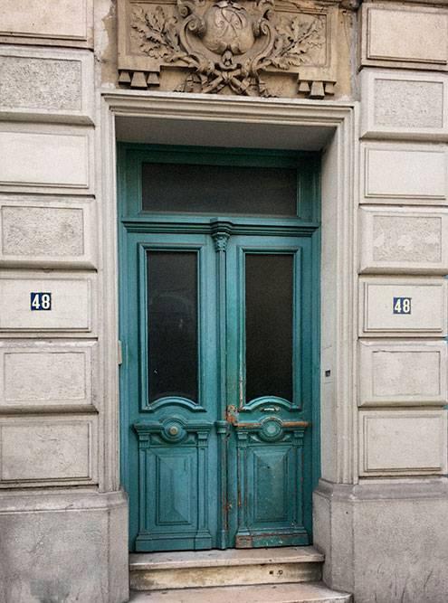 Во всех бельгийских городах минимум наружной рекламы и максимум деталей — старых дверных звонков, мозаик, лепнины