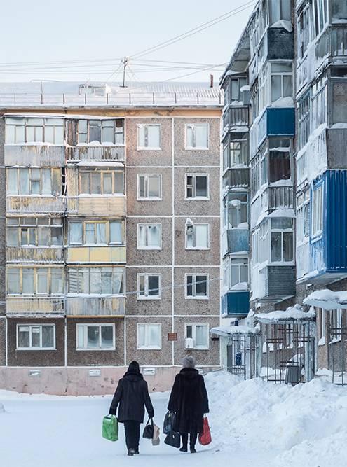Поселок Воргашор. По замерзшим окнам можно отличить покинутые квартиры