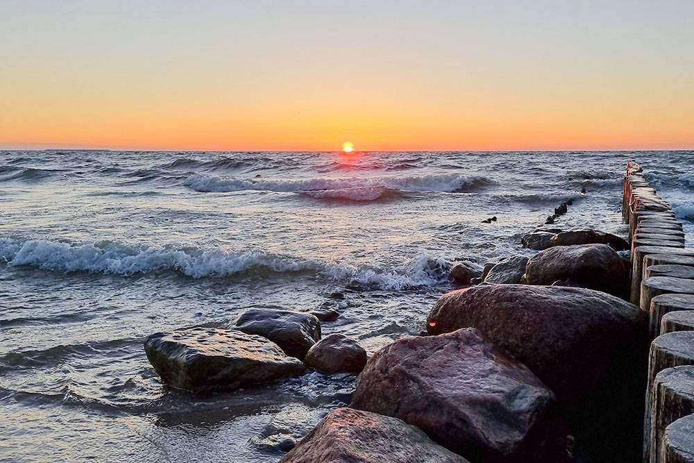 На набережной Зеленоградска приятно встречать закат