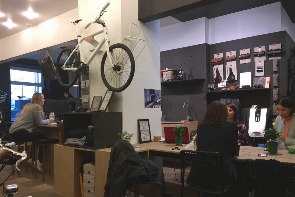 Одна из наших ошибок, на мой взгляд, была в зонировании: нам не удалось грамотно отделить зону кофейни от магазина, человек пил кофе, а рядом с ним другому посетителю продавали велосипед