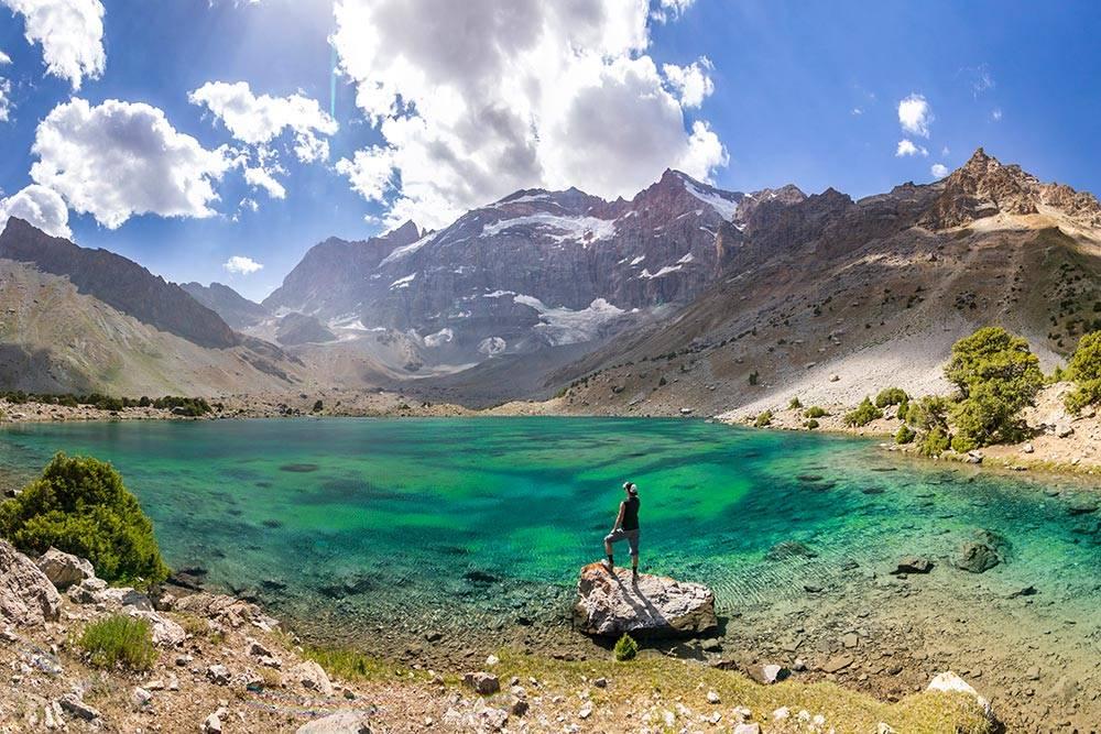 Фанские горы, озеро Душаха в Куликалонской котловине, на высоте 3000метров. Здесь семь озер. Погода почти всегда солнечная, поэтому можно и искупаться, хотя вода холодная: 7—10°C