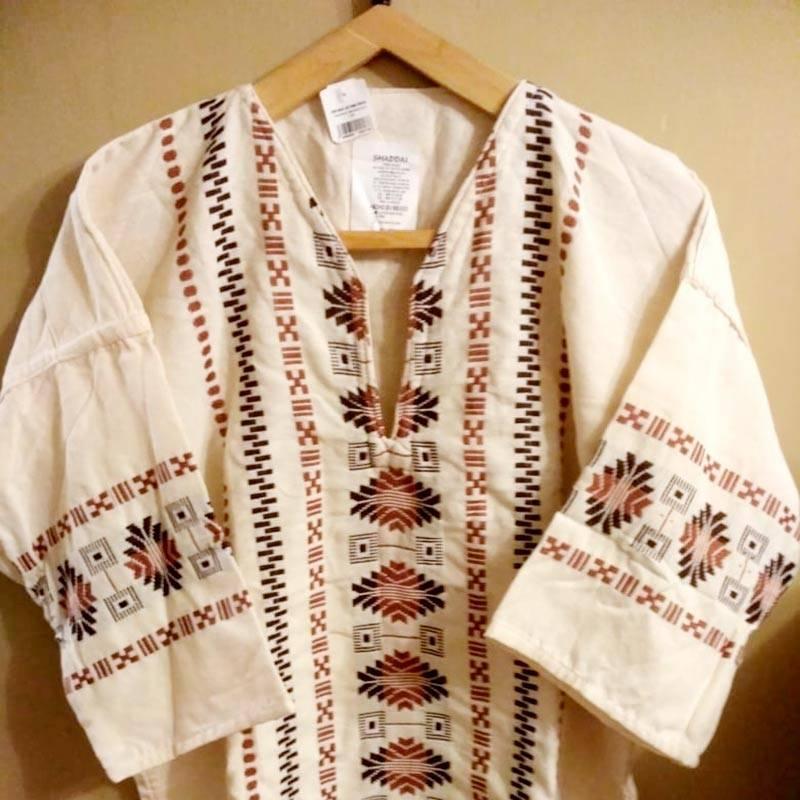 Мужская хлопковая рубашка с вышивкой, купили в супермаркете Chedraui за 200&nbsp;MXN (738<span class=ruble>Р</span>) в подарок папе. Была&nbsp;бы такая маленького размера, сама носила&nbsp;бы с удовольствием