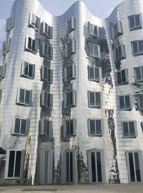 Современное здание, которое словно плавится от жары