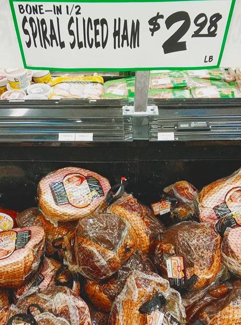 Популярны магазины-склады Costco. Там можно разом купить три галлона молока, огромный кусок мяса, упаковку яиц из 50 шт. Американцы лучше купят все и сразу, чем будут каждую неделю ездить в магазин