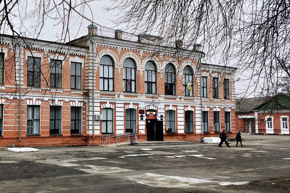 Гимназия № 103 находится в центральной части города. Это историческое здание было построено в 1886 году, раньше здесь было мужское училище