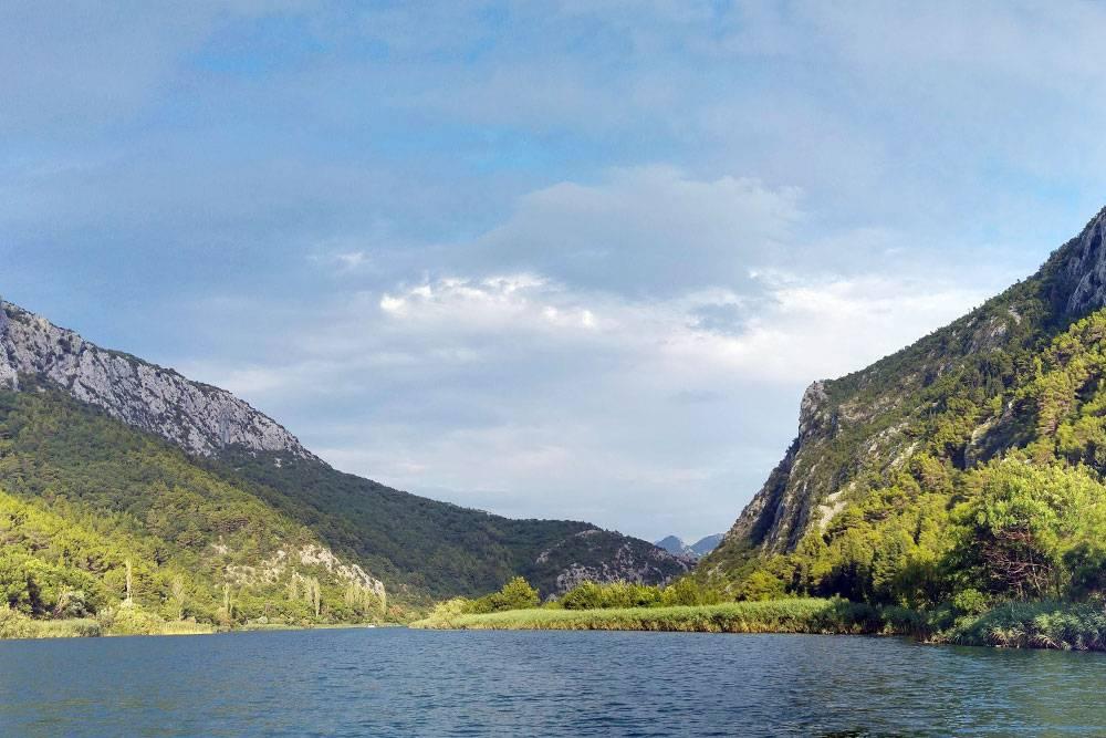 С лодки открывался красивый вид на каньон реки. Выше по течению есть пороги — многие приезжают туда, чтобы заняться рафтингом