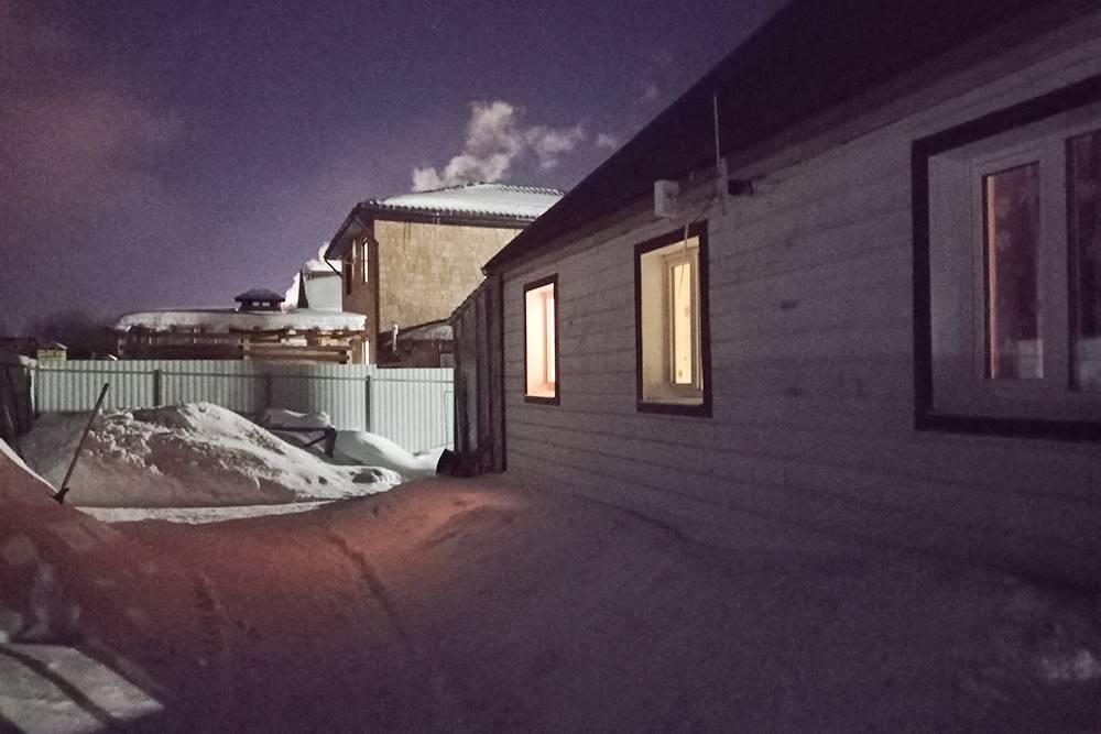 Так выглядит наш двор зимой. Я прочищаю основную тропинку на ширину большой скребковой лопаты