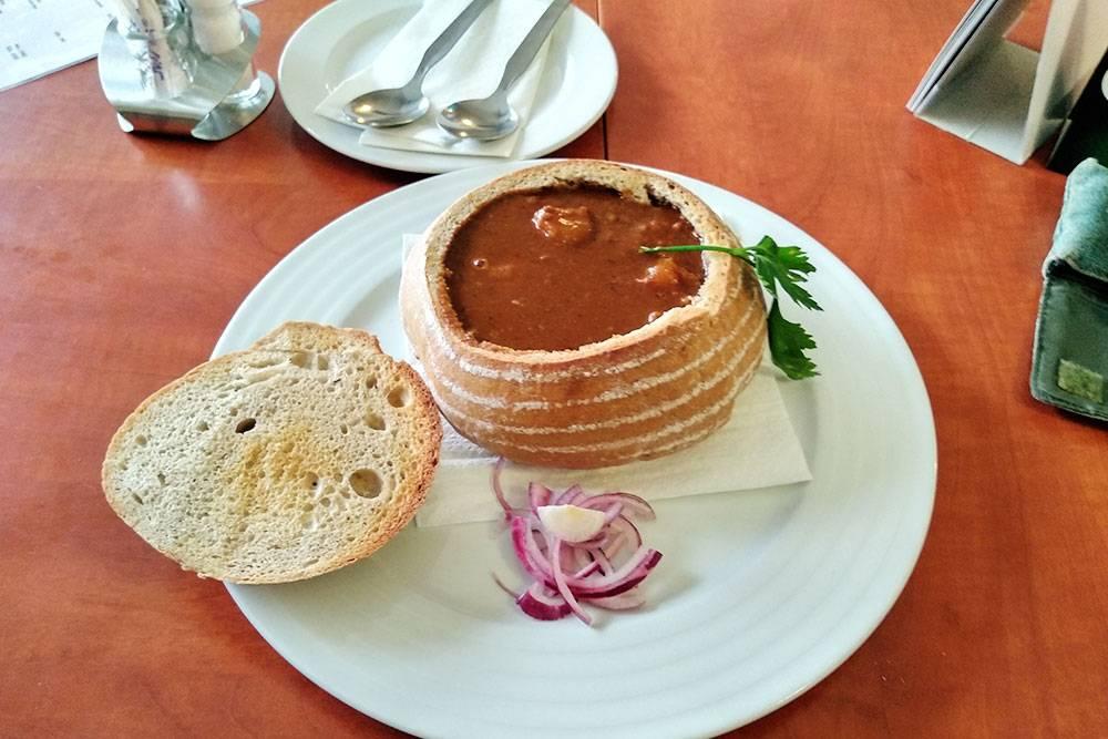 Полевка — чешский мясной суп. Иногда его подают прямо в хлебе. Суп съедают вместе с «тарелкой». Эта порция стоила 129 Kč (361<span class=ruble>Р</span>)