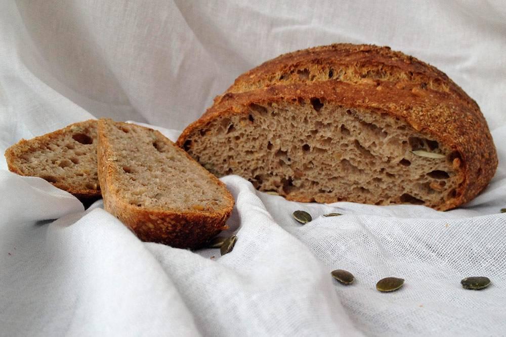 Заквасочный хлеб «Добрыня» с гречневой, льняной и рисовой мукой, с семечками подсолнуха, тыквы, черного и белого кунжута. Мякиш выглядит привлекательно, а вот гребень явно не получился