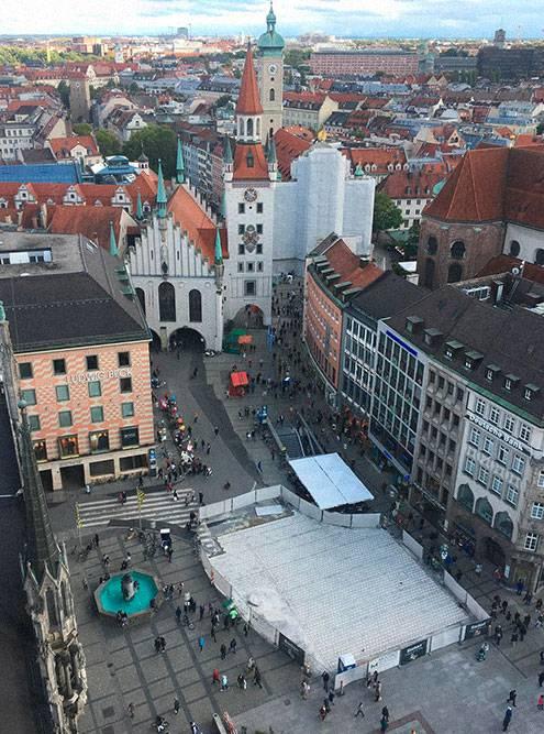 Вид с башни Новой ратуши на Мариенплац. Именно здесь в 8 веке монахи построили маленькую часовню. С нее начался город