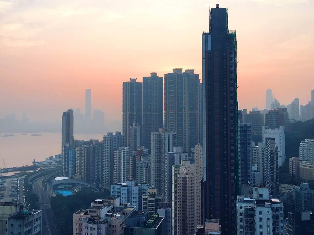 Вид с балкона на город. Фото сделано на рассвете ясного дня
