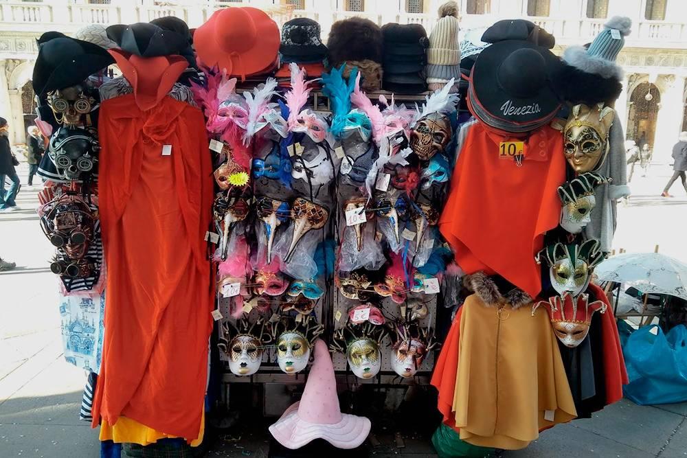 Основные атрибуты костюма можно просто купить в сувенирных ларьках