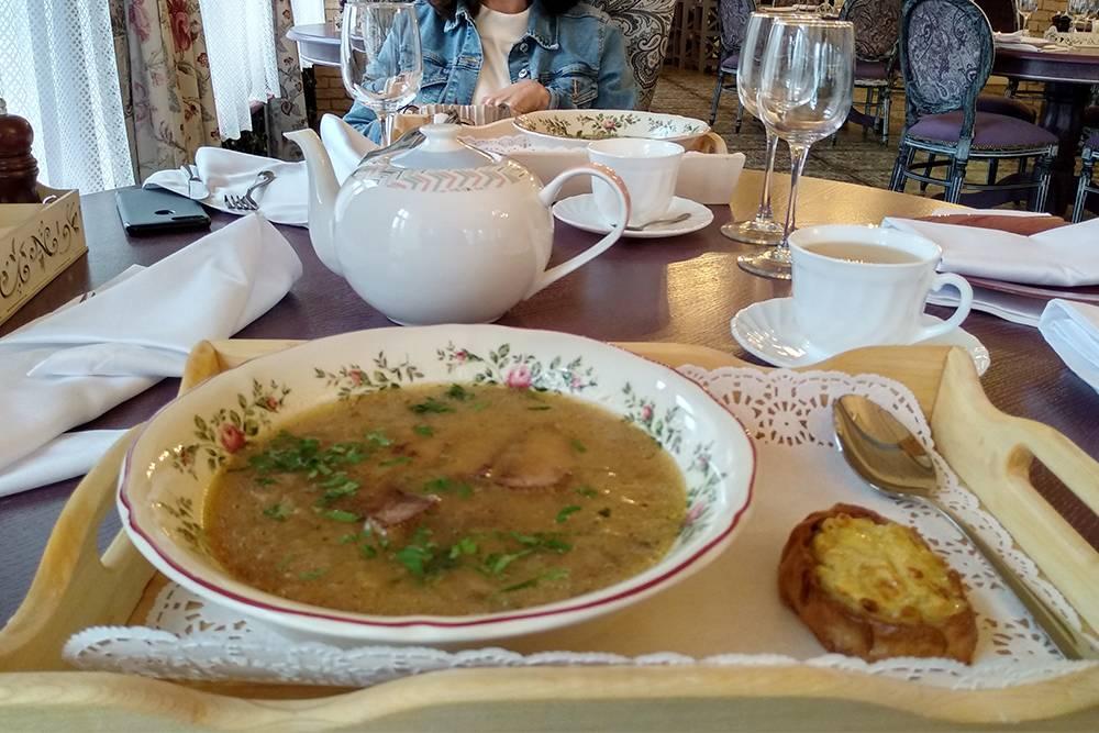 Наш обед в ресторане «Тургенев»: щи с телятиной, уха, чай и кулебяка