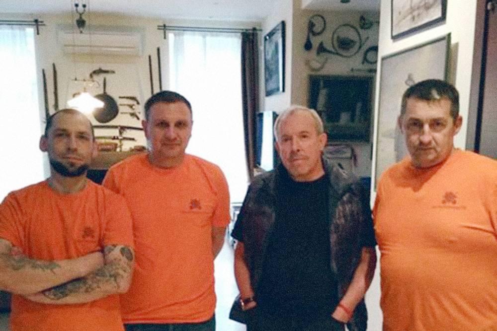 Грузчики в оранжевых футболках, заказчик — в черном. Но заказчик не всегда рок-звезда