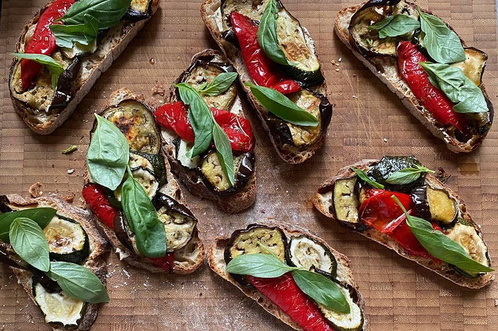 Собираю с собой сэндвичи с запеченными овощами, базиликом и прошутто
