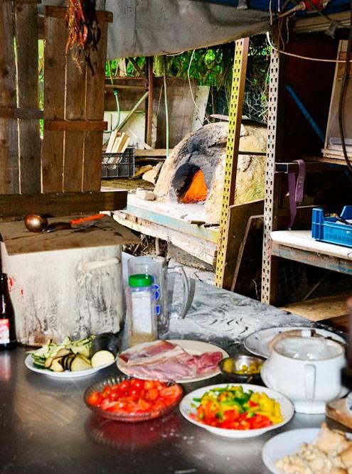Летнюю кухню открыли, когда мы приехали в «Берекло». Я перемыла там гору посуды, слушая подкаст. Фото: debereklauwfoundation.be