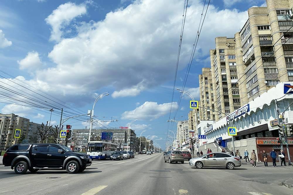 Даже на центральной Советской улице можно увидеть залатанные дыры