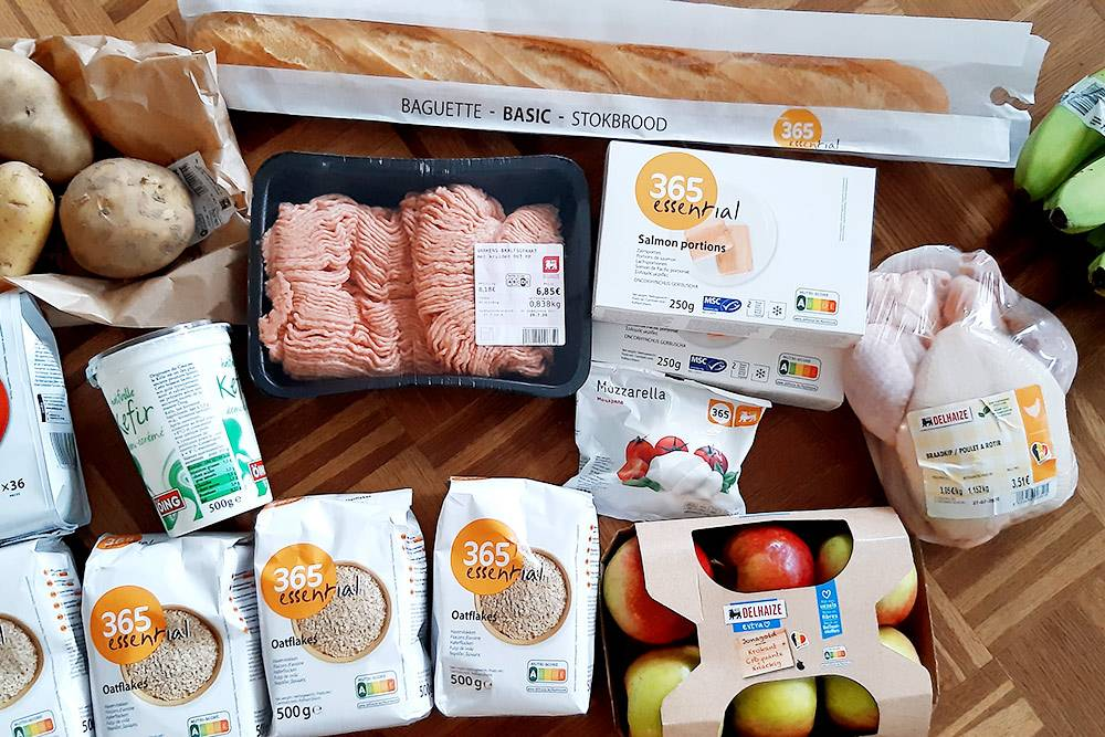 Мои обычные покупки: фарш, курица, лосось, овсянка, яблоки, моцарелла. Большинство из них от бренда, принадлежащего сети магазинов «Делейзе»: мне очень нравится качество их товаров