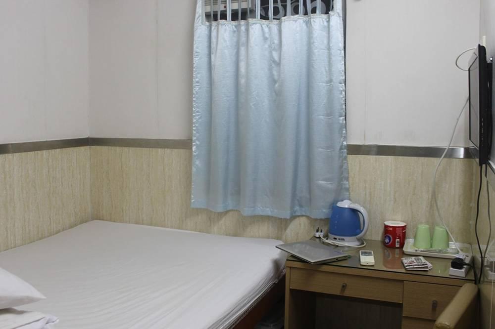 Крошечная комната в Гонконге с закрытым окном